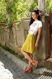 Brunette bello in pannello esterno giallo Fotografia Stock