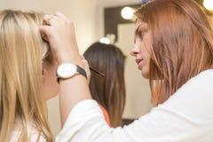 Brunette bilden die zutreffende Künstlerfrau, ein blondes brid wieder gutzumachen Stockfotos