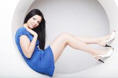 Brunette in blauwe kledingszitting in een cirkel royalty-vrije stock foto
