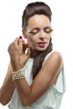 Brunette bonito com composição emplumada Fotos de Stock Royalty Free