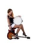 Brunette bonito com guitarra e cilindro de snare imagens de stock royalty free