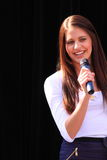 Brunette bonito com microfone Imagens de Stock Royalty Free