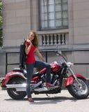 Brunette bonito com motocicleta Imagens de Stock Royalty Free
