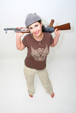 Brunette bonito com rifle Fotos de Stock Royalty Free