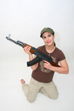 Brunette bonito com rifle Fotografia de Stock Royalty Free
