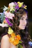 Brunette bonito com um chaplet floral em uma cabeça Fotografia de Stock