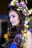Brunette bonito com um chaplet floral em uma cabeça Imagens de Stock Royalty Free