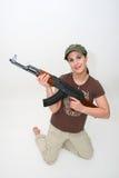 Brunette bonito con el rifle Fotografía de archivo libre de regalías