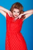 Brunette bonito con los brazos levantados fotografía de archivo libre de regalías