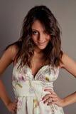 Brunette bonito de sorriso em um vestido Imagem de Stock