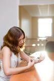 Brunette bonito em grânulos tocantes de um quarto fotografia de stock royalty free