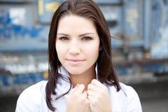 Brunette bonito em uma camisa colocada um colar Fotos de Stock