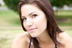 Brunette bonito em uma camisa colocada um colar Fotos de Stock Royalty Free