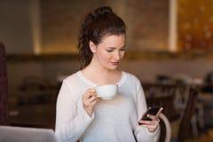 Brunette bonito en el teléfono Fotos de archivo libres de regalías