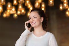 Brunette bonito en el teléfono Imágenes de archivo libres de regalías