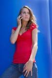 Brunette bonito en el teléfono celular Foto de archivo libre de regalías