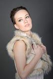 Brunette bonito en la piel falsa Gillet Imagen de archivo