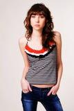 Brunette bonito en la ropa del estilo ocasional Fotos de archivo