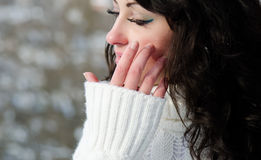 Brunette bonito joven que desgasta un blanco caliente. Imagen de archivo