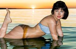 Brunette bonito na água fotos de stock royalty free
