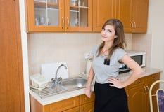 Brunette bonito na mulher em uma cozinha moderna. Imagens de Stock Royalty Free