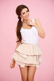Brunette bonito no rosa Fotografia de Stock Royalty Free