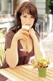 Brunette bonito novo com um vidro de cerveja Imagens de Stock