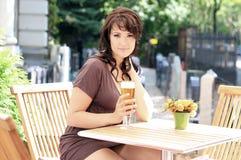 Brunette bonito novo com um vidro de cerveja Fotos de Stock