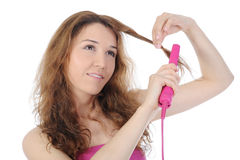 Brunette bonito que faz seu cabelo. Foto de Stock Royalty Free