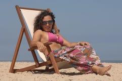 Brunette bonito que relaxa Imagens de Stock Royalty Free