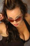 Brunette Busty dans des lunettes de soleil photographie stock