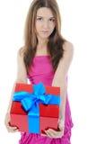 Brunette Charming con un contenitore di regalo. Immagine Stock