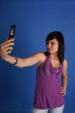 Brunette che cattura ritratto automatico Immagini Stock Libere da Diritti