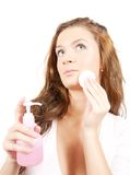 Brunette che rimuove trucco facciale sopra bianco Immagini Stock Libere da Diritti