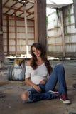 Brunette che si siede nel magazzino abbandonato (1) Immagini Stock Libere da Diritti