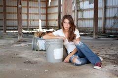 Brunette che si siede nel magazzino abbandonato (5) Immagini Stock Libere da Diritti