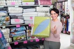 Brunette choosing blanket Royalty Free Stock Photos