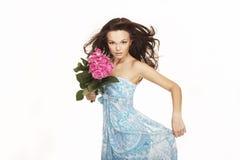 Brunette com rosas cor-de-rosa Imagens de Stock Royalty Free