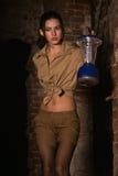 Brunette com um tesouro da busca da lanterna Fotografia de Stock Royalty Free