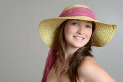 Brunette con el sombrero de paja Imagen de archivo libre de regalías