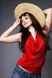 Brunette con el sombrero del verano. Fotografía de archivo