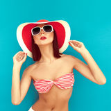 brunette con el sombrero del verano en bikiní del rad Imágenes de archivo libres de regalías