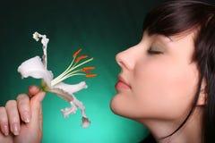 Brunette con i fiori del giglio bianco fotografie stock libere da diritti