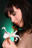 Brunette con i fiori del giglio bianco Fotografia Stock Libera da Diritti
