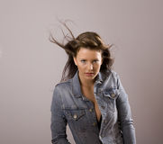 Brunette con il salto dei capelli Fotografia Stock