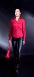 brunette con la camicia rossa e camminare rosso del sacchetto Fotografie Stock