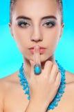 Brunette con la collana e l'anello sulla barretta Immagine Stock Libera da Diritti