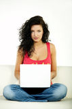Brunette con la computadora portátil Imagen de archivo libre de regalías