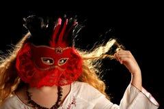 Brunette con la máscara veneciana Imagenes de archivo