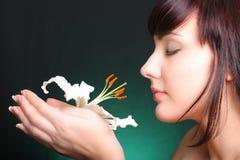 Brunette con las flores del lirio blanco Foto de archivo libre de regalías